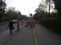 Ab hier bin ich sprachlos. Zuerst soll der Radverkehr auf die linke Seite wechseln. Wenige Meter später steht Zeichen 254 und 259. Wohlgemerkt diese Zeichen gelten auf der kompletten Straßenbreite, also incl. Geh- und Radweg
