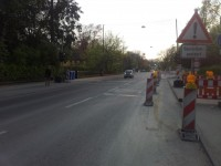 Auf der gegenüberliegenden Seite fehlt ein Zeichen 241-31, Radfahrer fahren auf dem Radweg illegal. Natürlich wäre eine Führung auf der Fahrbahn besser
